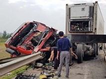 Tai nạn liên hoàn 5 ô tô nát bét, tài xế may mắn thoát chết