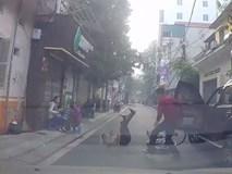 Mở cửa xe không quan sát, tài xế khiến bà cụ ngã sõng soài giữa đường