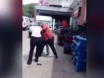 Bà bầu bị đánh giữa đường khi phát hiện bố đứa bé đang cặp kè với cô gái khác