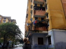 Bé gái 4 tuổi rơi từ cửa sổ tầng 3 chung cư, trên tay vẫn nắm chặt con búp bê