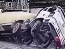 Clip: Xe trộn bê tông 80 tấn rơi xuống hố móng sâu 7m, người xung quanh chạy bắn ra xa