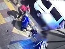 Kinh hoàng cảnh tượng người phụ nữ ném chiếc xe đẩy của đứa bé 8 tháng tuổi ra đường
