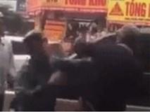 Va chạm giao thông, 2 thanh niên lao vào đánh người già, thấy công an thì cuống quýt chạy