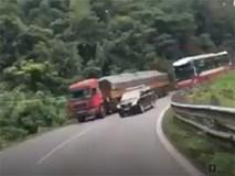 Clip: Xe khách Thành Bưởi vượt ẩu kinh hoàng trên đèo Bảo Lộc