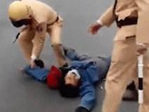 """Bị CSGT dừng xe, thanh niên lăn lộn ra giữa đường """"ăn vạ"""""""