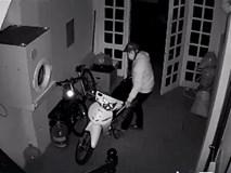 Clip: Nam thanh niên lẻn vào nhà dắt trộm xe máy, không quên đóng cửa giúp gia chủ