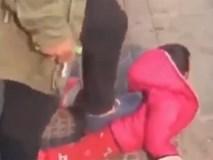 Clip: Bé gái oằn mình đau đớn khi bị bố bất ngờ tát bôm bốp vào mặt, xô ngã rồi dẫm lên lưng