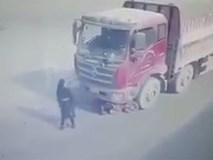 Bị ô tô kéo lê hàng chục mét vẫn đứng dậy như không có chuyện gì xảy ra