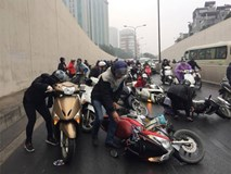Hà Nội: Hàng loạt xe máy nằm la liệt trong hầm Kim Liên vì lý do bất ngờ