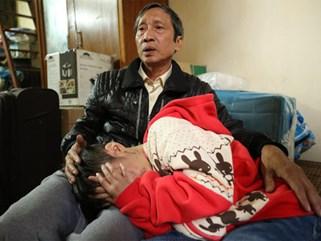 Bé 10 tuổi bị bố và mẹ kế bạo hành dã man