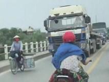 Cô gái thong thả đạp xe, dẫn đầu đoàn ùn tắc