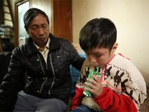 Xóm trọ bé 10 tuổi bị bạo hành: