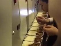 Thực hư chuyện nữ tiếp viên hàng không lén ăn cơm suất của hành khách, mỗi hộp một vài miếng