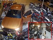 Clip: Cô gái thoát chết trong gang tấc khi xe bán tải mất phanh, đâm gục 20 xe máy