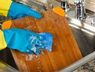 Bạn sẽ từ bỏ ngay việc làm sạch thớt bằng nước rửa bát sau khi biết sự thật này