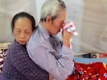 Khoảnh khắc cảm động cụ bà vỗ về, ôm chặt người bạn đời ngay trên giường bệnh