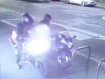 """Clip: Đánh cắp xe máy, hai tên trộm """"ốm đòn"""" dưới tay chủ xe"""