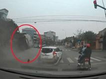 """Clip: Ô tô phóng tốc độ """"bàn thờ"""" lộn vài vòng trước khi tiếp đất dù đang đèn đỏ"""