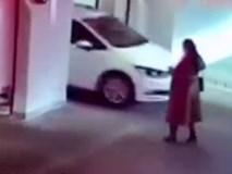 Mải mê nghịch điện thoại, người phụ nữ bước nhầm vào thang máy ô tô và bị cán qua thương tâm