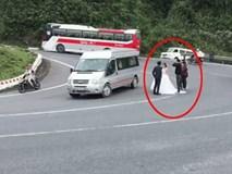 Khó hiểu hành động chụp ảnh cưới ở đèo Hải Vân giữa làn xe đông đúc