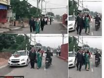 Clip: Người phụ nữ đang phấn khởi đi đón dâu thì bị giật mất dây chuyền