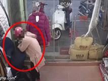 """Người phụ nữ và """"chiếc túi thần kỳ"""" dưới áo khoác, ăn cắp đồ ngay trước mặt nhân viên"""