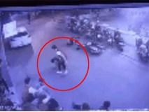 """Dàn nữ nhân viên """"xuống tay"""" hạ ba kẻ bẻ trộm gương Mercedes trong tích tắc"""