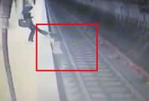 Người phụ nữ đẩy nạn nhân xuống đường ray, bỏ mặc cho tàu điện ngầm cán qua
