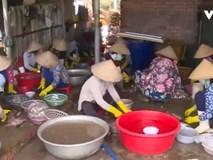 Cận cảnh quy trình tẩm ướp cá khô bằng... thuốc tẩy giun