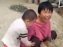 """""""Xót xa"""" cậu bé òa khóc do bà... cắt tiết gà"""