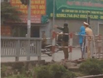 Đôi trai gái vượt đèn đỏ bị phạt đứng điều hành giao thông