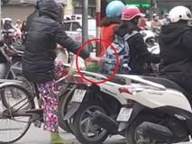"""Người phụ nữ có """"bàn tay hư"""" móc túi người dừng chờ đèn đỏ ở ngã tư phố Huế - Đại Cổ Việt"""