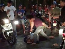 Video: Bị đánh gục vì cầm cọc tiền đòi ném chết người