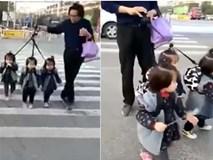 """Mẹ sinh ba """"hiến kế"""" dắt các con qua đường đi học gây """"bão mạng"""""""