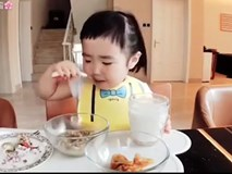"""Bé gái """"thánh ăn"""" Trung Quốc bất ngờ tái xuất, trình ăn uống vẫn chưa """"hạ nhiệt"""""""