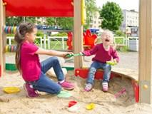 """Có nên """"dạy dỗ"""" con của người khác khi chúng xô xát với con bạn ở khu vui chơi?"""