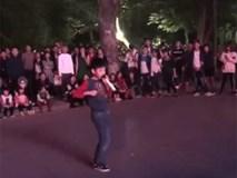 Cậu bé 9 tuổi náo loạn phố đi bộ Hà Nội khi vừa hát vừa nhảy hit 'Từ hôm nay' của Chi Pu