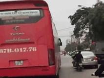 Video: Thích thể hiện nhưng trượt lái, chàng trai loạng choạng ngã kẹp giữa 2 ô tô