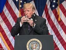 Đoạn video Tổng thống Donald Trump cầm cốc cả 2 tay, run run uống nước khiến nhiều người lo lắng