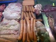 Hơn 2 tạ xúc xích, chân gà và nem thịt quá hạn và không rõ nguồn gốc