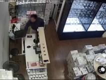Clip: Giả vờ xem hàng trong TTTM, người phụ nữ xông thẳng quầy thu ngân lấy trộm điện thoại