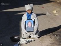 Bé trai ôm di ảnh mẹ quỳ gối giữa đường, câu chuyện đằng sau khiến bao người rơi nước mắt
