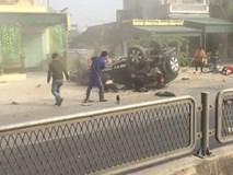 Clip: Ô tô lật ngửa 4 bánh lên trời, nạn nhân nằm la liệt dọc đường