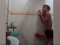 Xem clip chàng trai 'oằn mình' để tắm ngày giá rét, bạn cũng phải rùng mình khiếp sợ