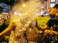 Clip: Cô gái bị phun tuyết kín mặt, suýt ngạt thở trong đêm Noel ở Sài Gòn