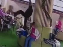 Thầy giáo giơ chân dí vào mặt học sinh để hỏi 'có mùi không'