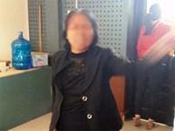 Người phụ nữ cởi quần áo, chửi bới cán bộ huyện ngay tại trụ sở UBND