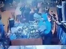 """Hôi của có tổ chức: Nhóm cướp tràn vào cửa hàng cực tự nhiên, vơ sạch đồ rồi bỏ đi trong """"một nốt nhạc"""""""