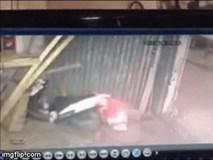 Clip: Bất cẩn để con vặn ga khi xe đang nổ máy, hai mẹ con lao thẳng vào nhà hàng xóm