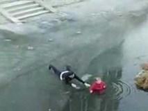 Người đàn ông lao xuống dòng sông băng cứu cụ bà bị mắc kẹt giữa dòng nước lạnh